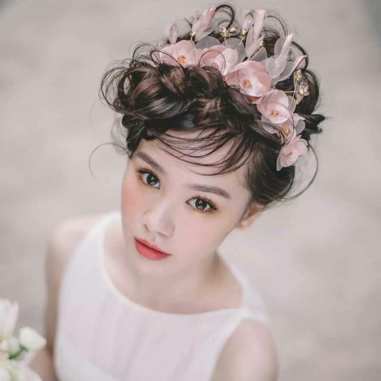 - 新娘试妆