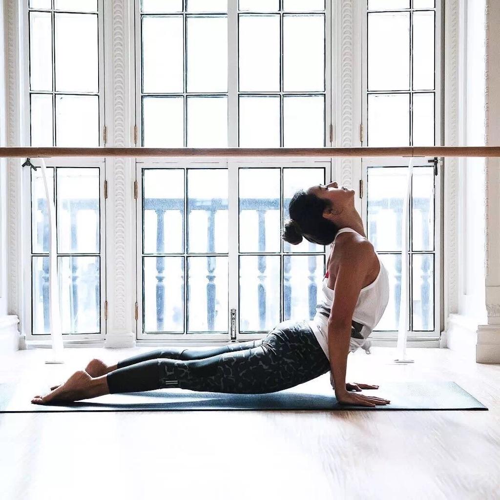 - 纤体塑型瑜伽