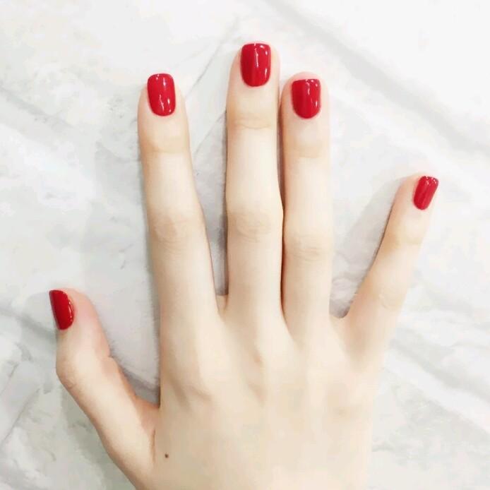 - 红色显手白